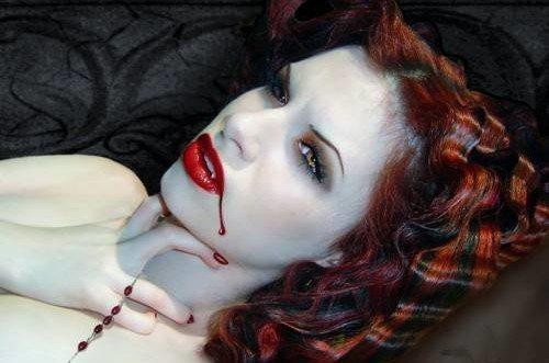 девушка с мертвенно бледным лицом