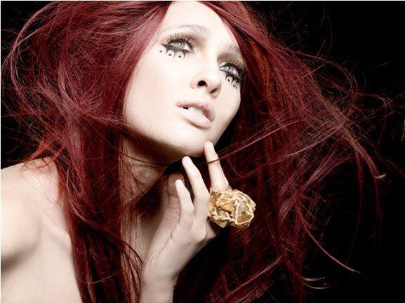 девугка с каштановыми волосами