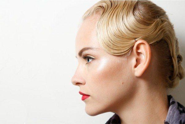 блондинка с элегантной укладкой