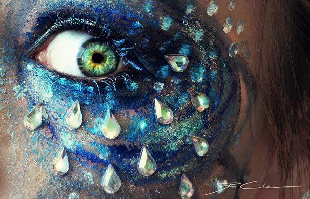 яркий синий мейк ап глаз со стразами
