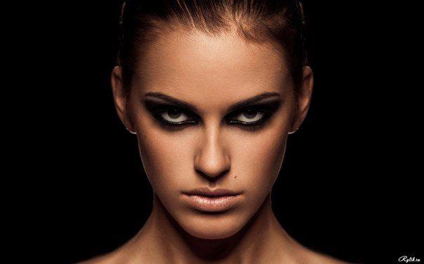 девушка с мрачным взглядом