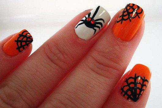 паук с паутиной в Хэллоуин нейл арт