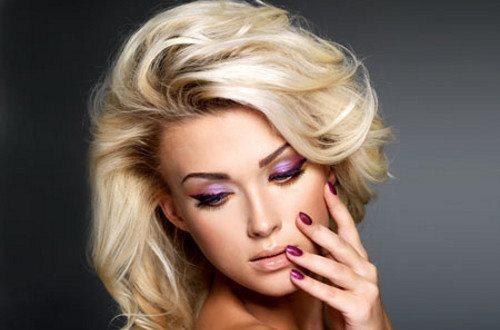 эффектная девушка с волосами оттенка блонд