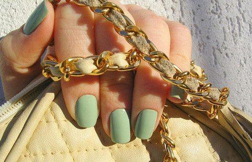 мятный лак на ногтях