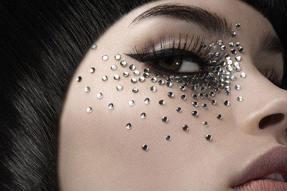 необычный макияж со стразами