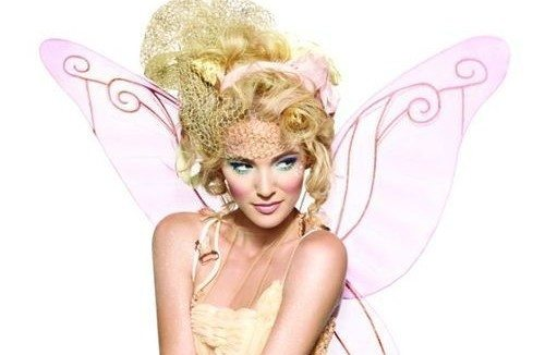 блондинка с крылышками за спиной