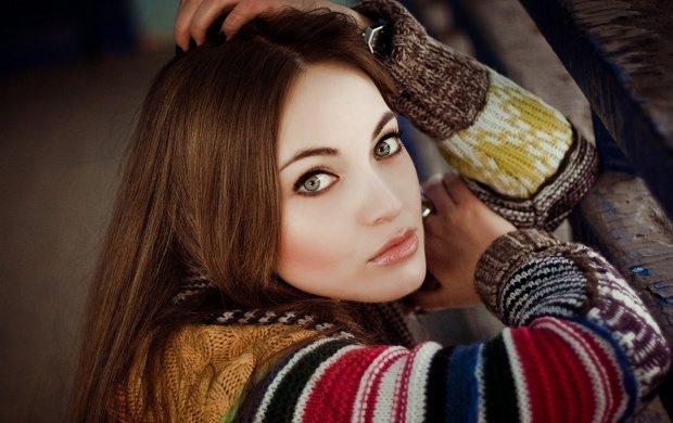 очаровательная шатенка с зелеными глазами
