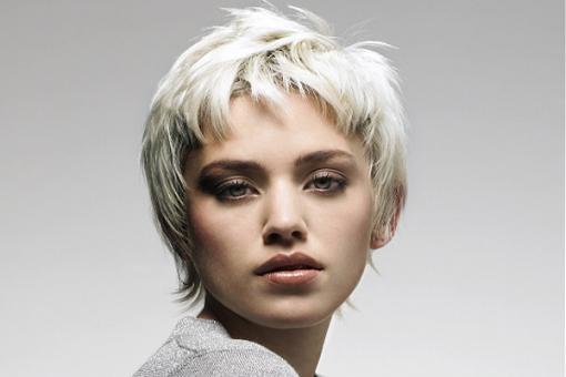 девушка с ультра- белыми волосами