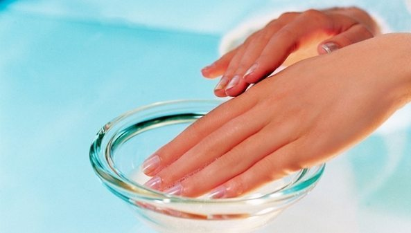 руки в стекляной ванночке