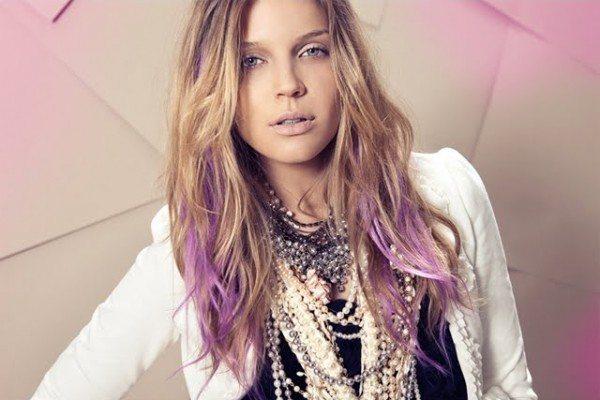 девушка с двуцветным окрашиванием волос