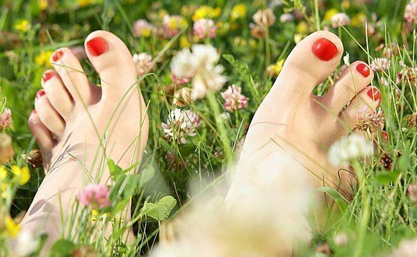 ножки с красным маникюром