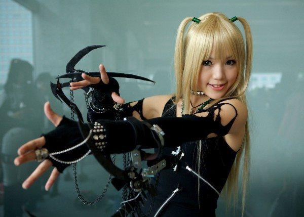 девушка с крюками в руках