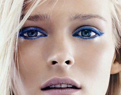 блондинка с синими стрелками