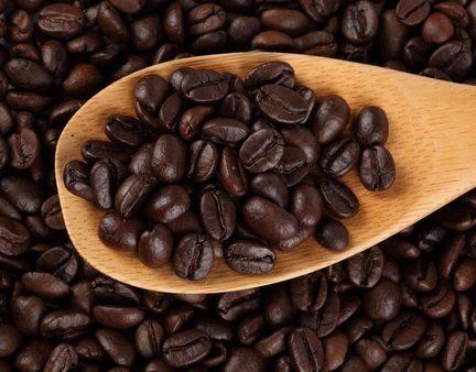 зерна кофе в ложке