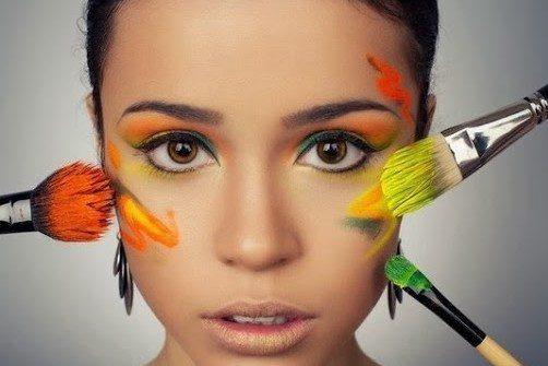 девушка с красками на лице