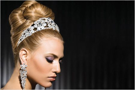 роскошная бабетта на голове невесты