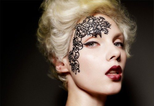 элегантный рисунок на лице
