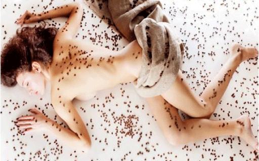 девушка в кофейных зернах