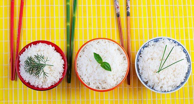 отваренный рис в мисочках