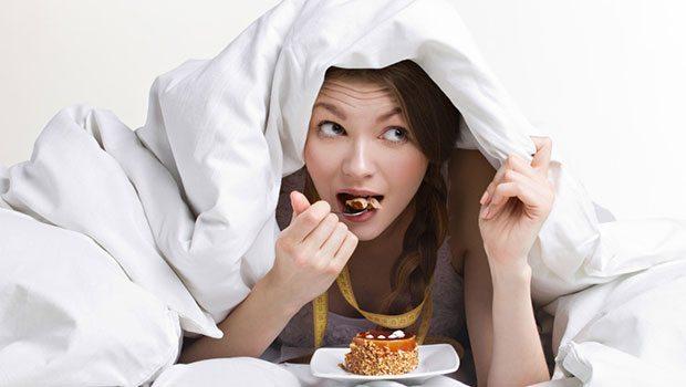 девушка есть десерт