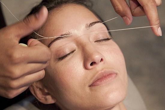 процедура выщипывания бровей нитью