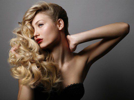 блондинка с локонами