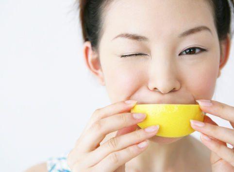 девушка с кислым фруктом