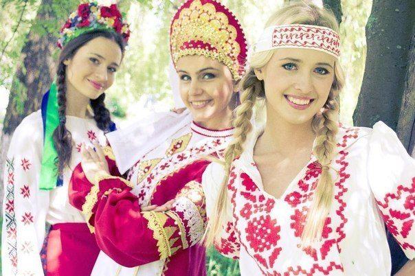 девушки с разными украшениями на головах