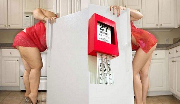 стройняшка и толстушка у холодильника