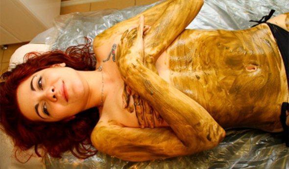 девушка измазанная смесью для обертывания