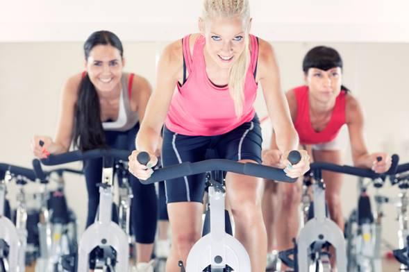 три девушки на тренировке