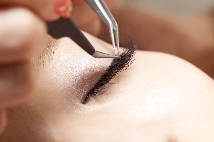 процесс крепления волоса