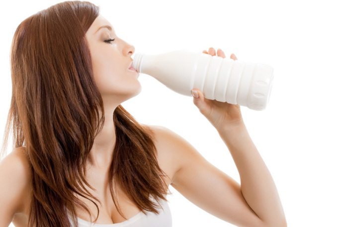 девушка пьет из бутылки