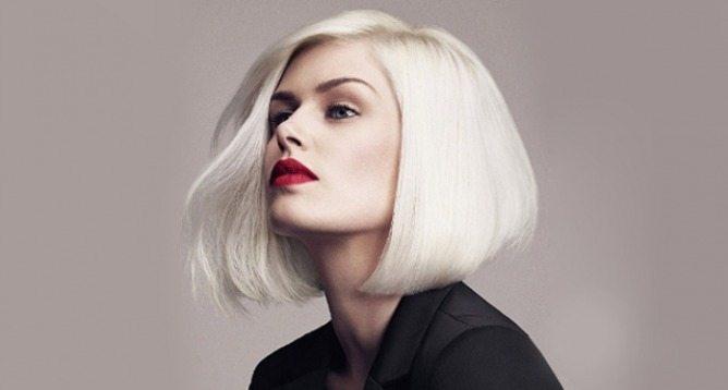 блондинка с бордовыми губами