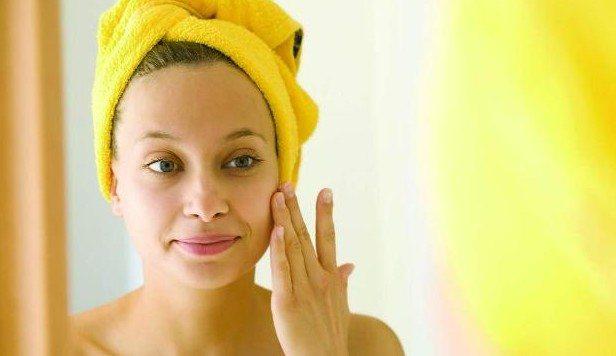 девушка с желтым тюрбаном из полотенца на голове