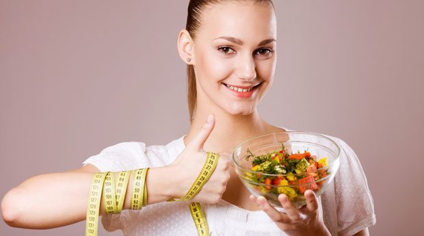 девушка с диетическим блюдом