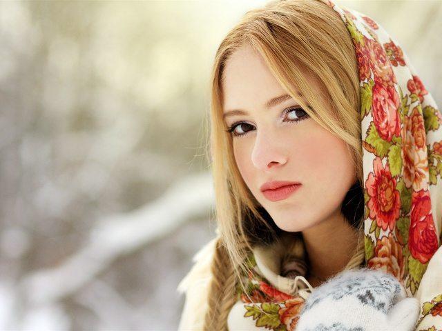 красавица в платке