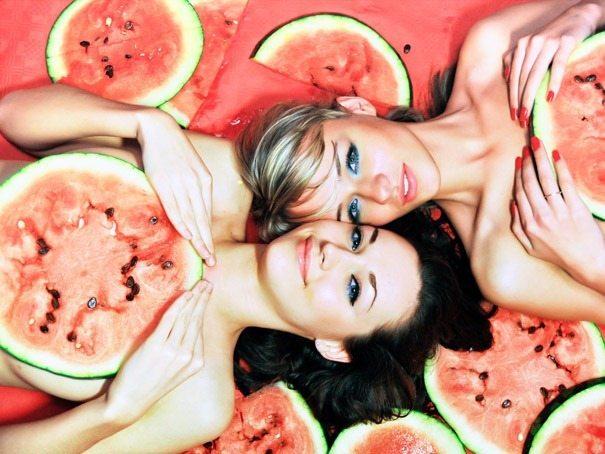 девушки в ягодах