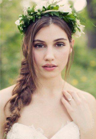 девушка с венком на голове
