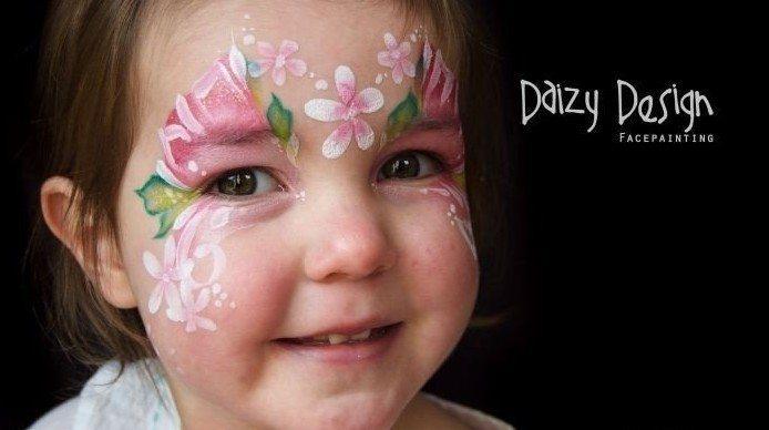 разукрашенная в цветочную тематику девочка