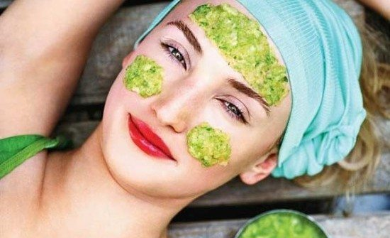 зеленая кашица на лбу и щеках девушки