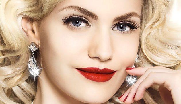 блондинка с ярким мейком губ