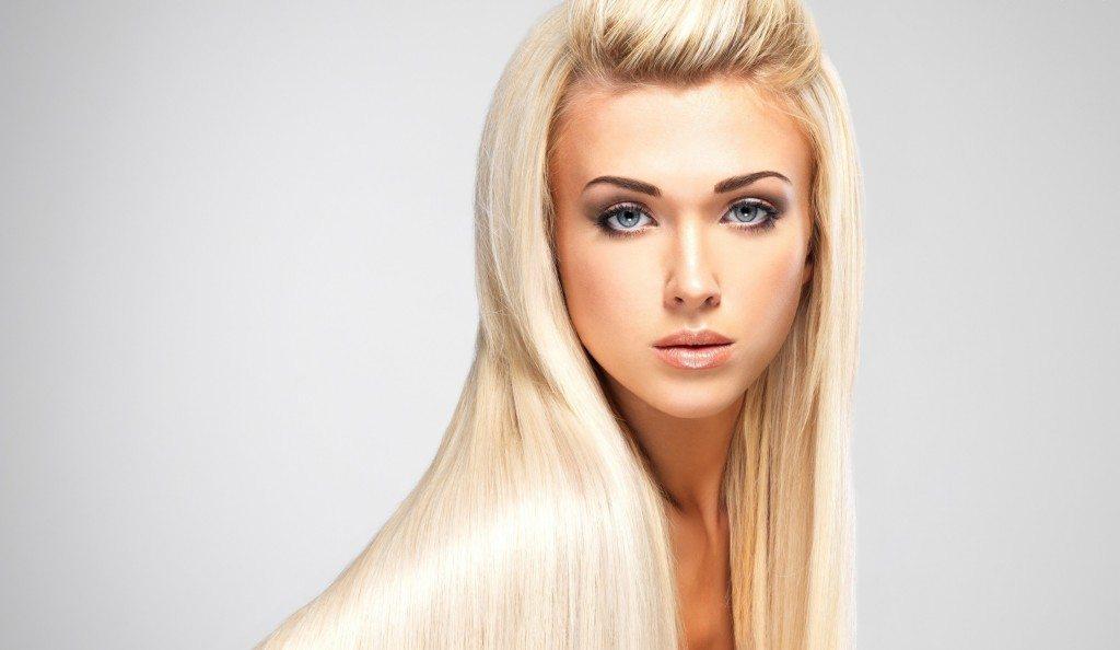 блондинка с прямыми прядями