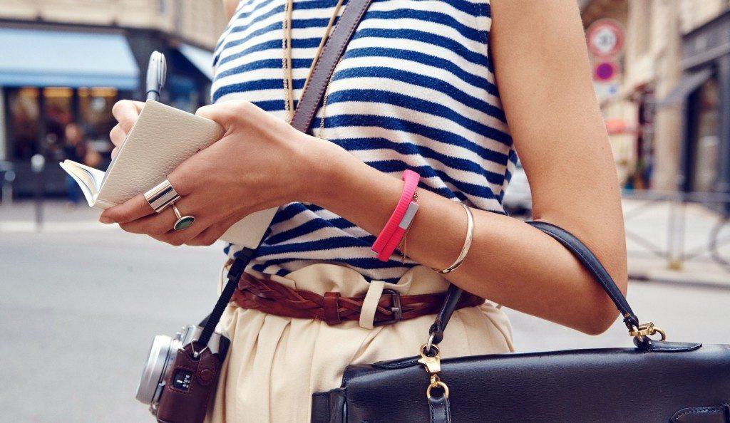 девушка с браслетом на руке