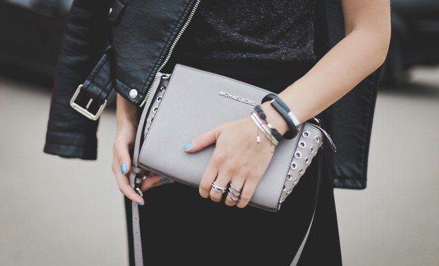 девушка с украшением на руке