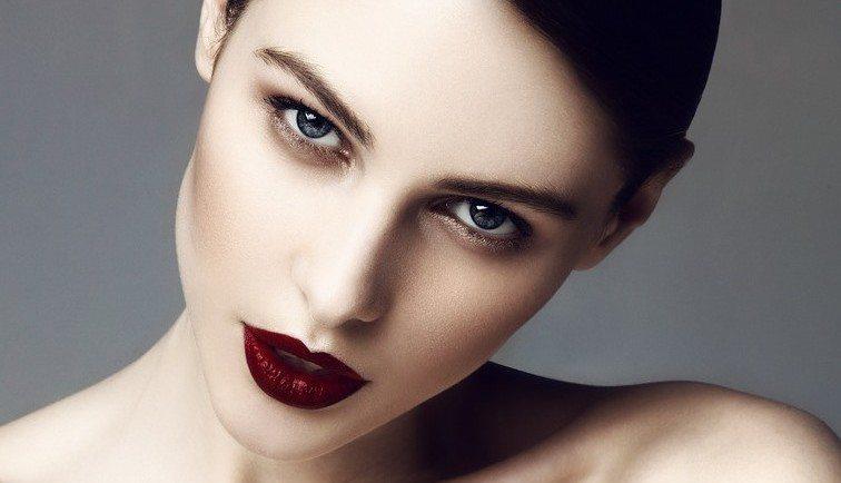 девушка с бордовыми губами
