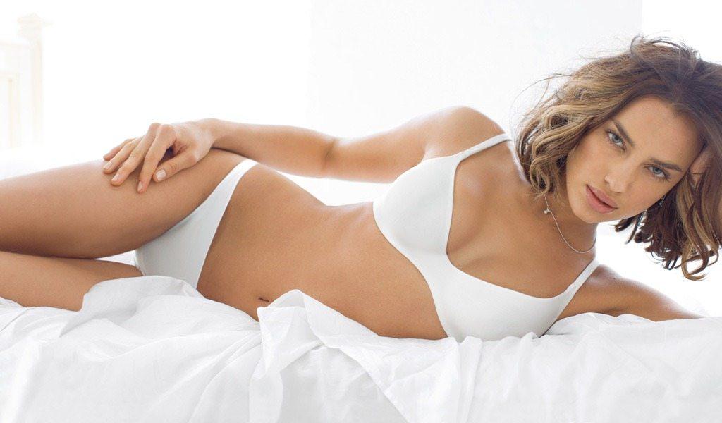 стройная девушка в белом белье