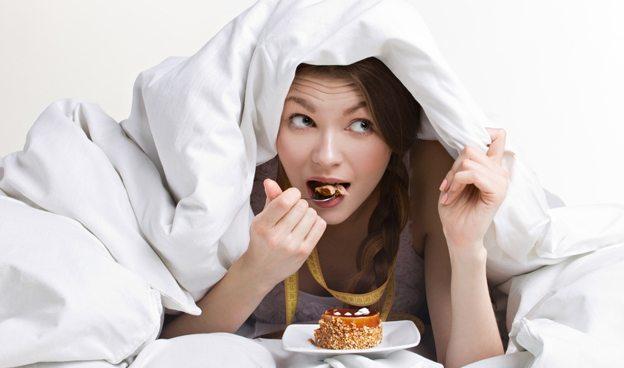 девушка ест в кровати