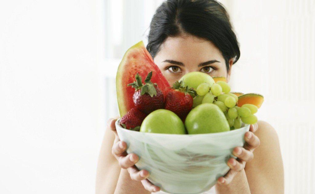 девушка держит фрукты
