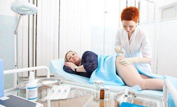 женщине делают инъекцию Акваликса